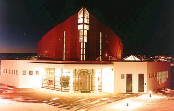 Kirkjan að kvöldi til